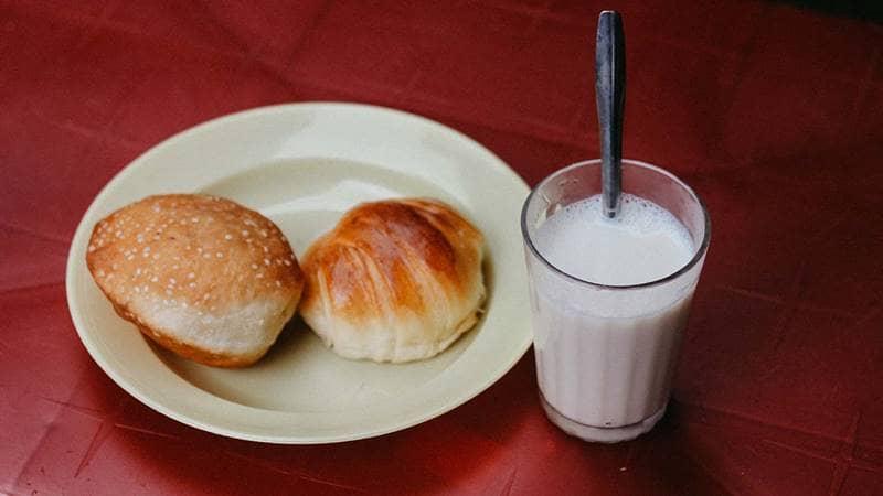 Thực khách có thể gọi kèm thêm bánh mỳ ngọt để uống cùng sữa đậu nóng. Nguồn: Internet