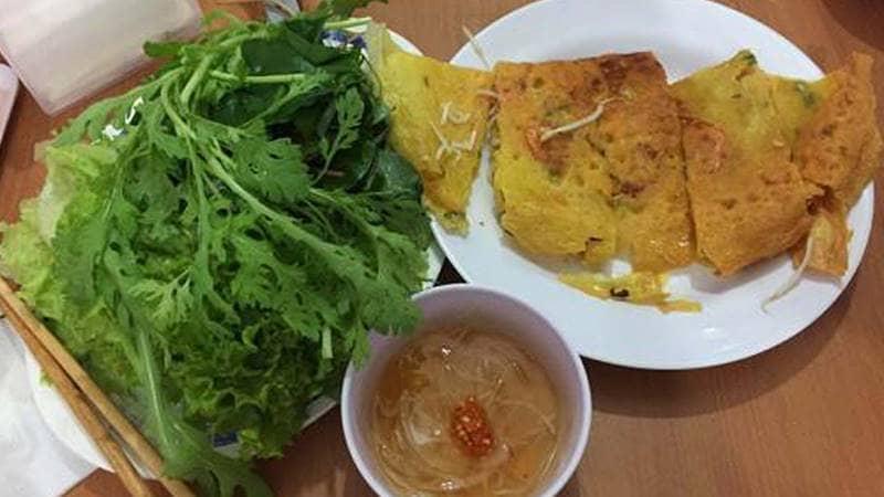 Bánh xèo cô Bình ăn kèm với rau cải cúc lạ miệng. Nguồn: Internet