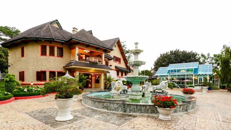 Cổng chính của resort 4 sao Đà Lạt Monet Garden Villa với khuôn viên rộng và đài phun nước. Nguồn: Internet