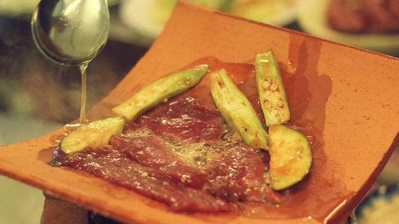 Bò nướng ngói sẽ làm miếng thịt mềm và không bị cháy xém. Nguồn: Internet
