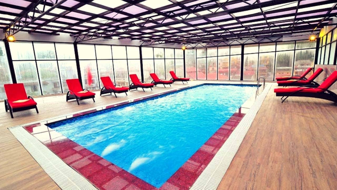 Thả mình thư giãn tại hồ bơi rooftop ấm áp