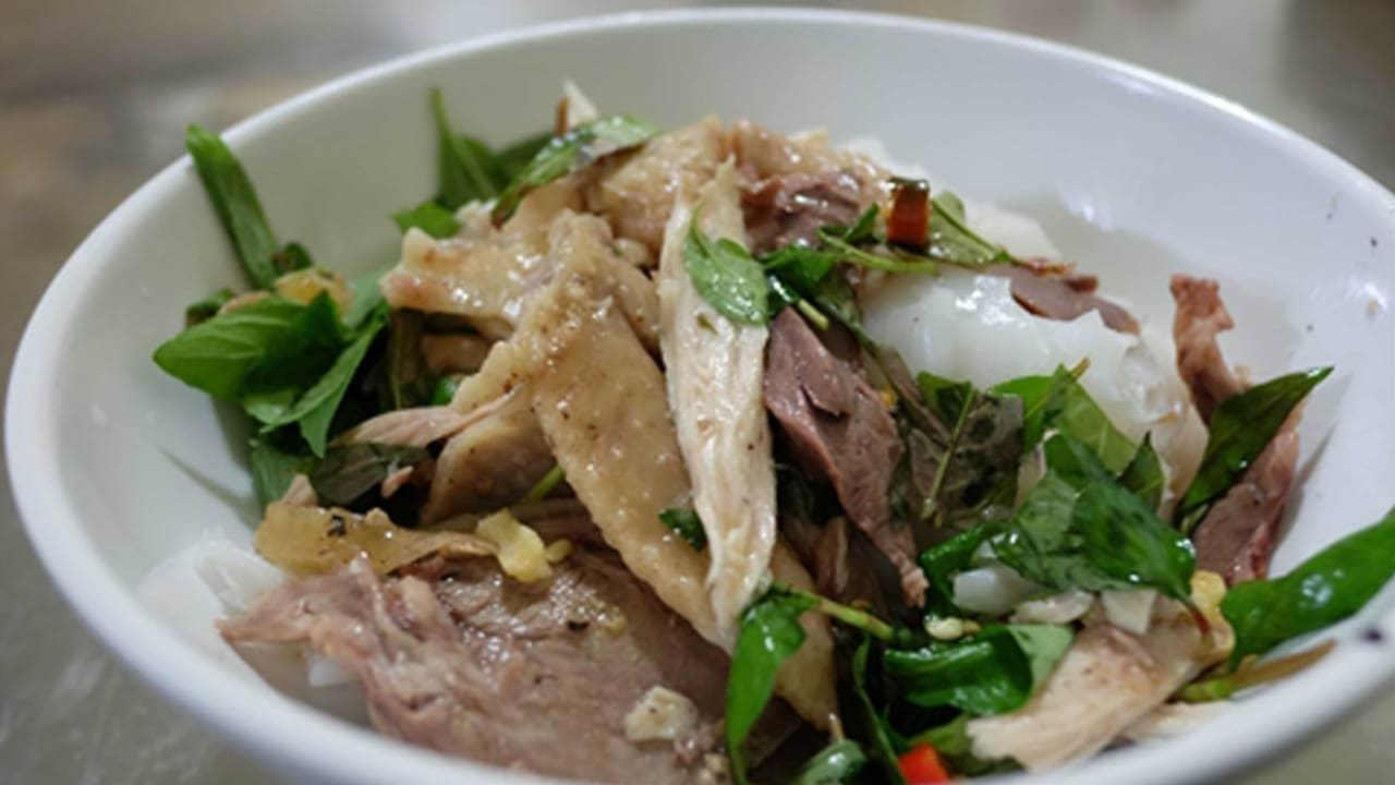 Một suất bánh ướt lòng gà Đà Lạt quán Long được làm đầy đặn nhiều bánh và thịt gà. Nguồn: Internet