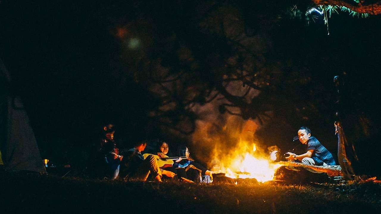 Sum vầy cùng bạn bè quanh đống lửa trại giữa rừng Đà Lạt. Nguồn: Internet
