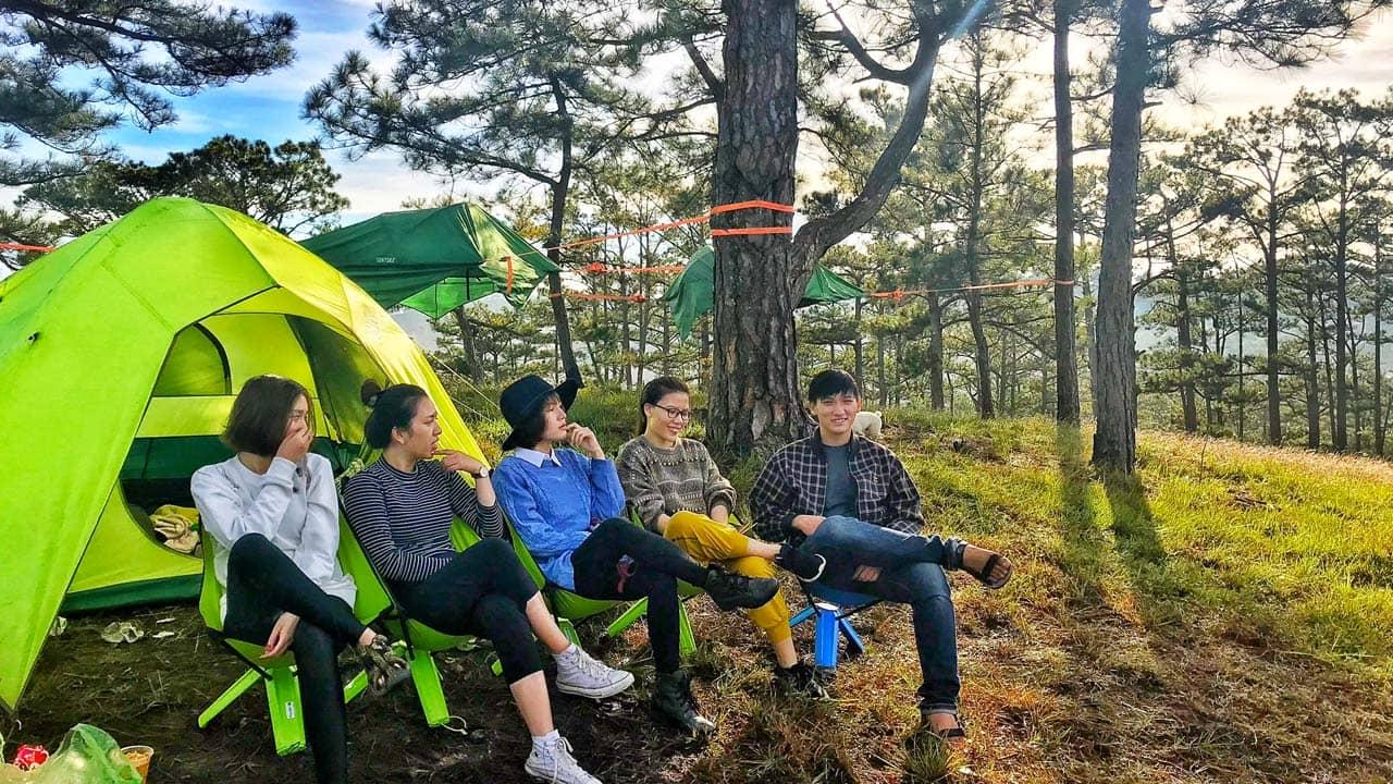 Cùng nhóm bạn thân rủ nhau đi cắm trại ở Thung Lũng Vàng bên cạnh đồi cỏ hồng Đà Lạt. Nguồn: Internet