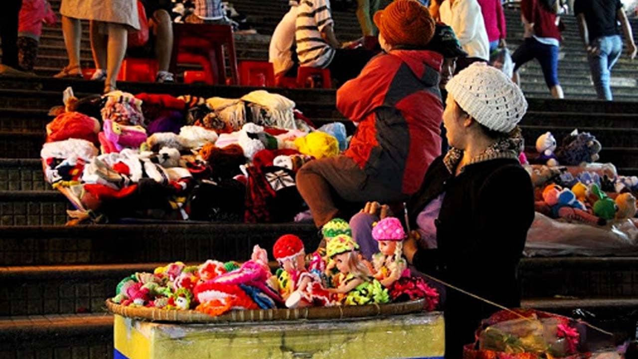 Những sạp hàng búp bê, đồ chơi len được đan thủ công bởi người dân địa phương. Nguồn: Internet