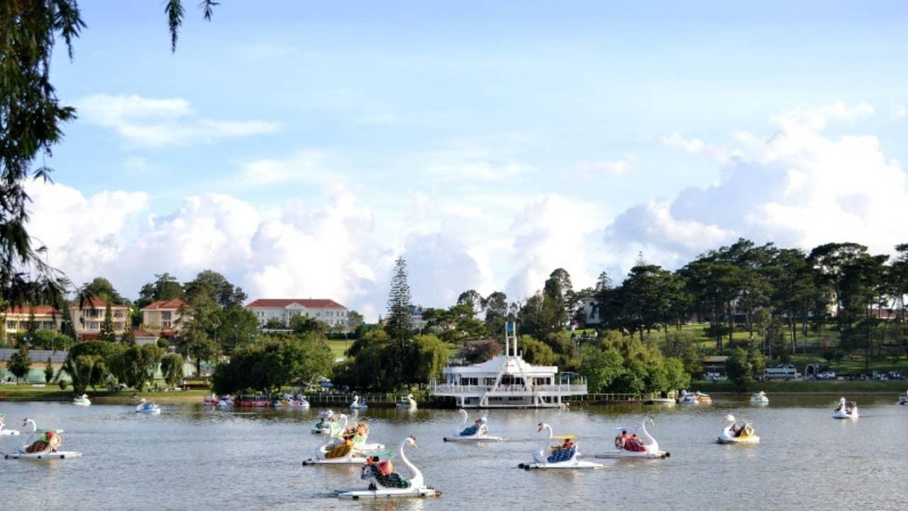 Đạp vịt tại hồ Xuân Hương là hoạt động được nhiều người ưa thích