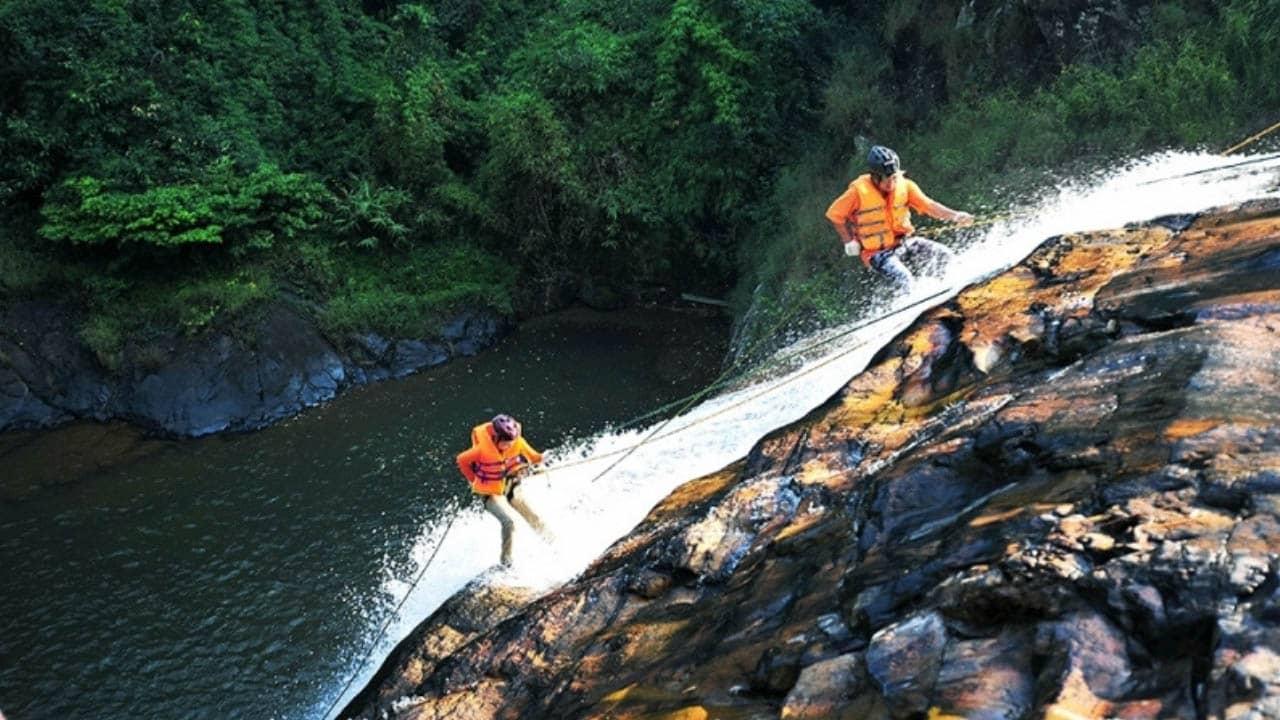 Leo dâu vượt thác ở thác Datanla