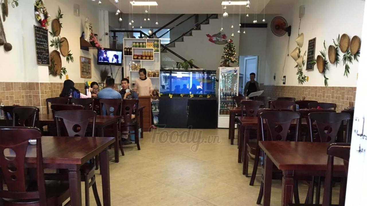 Cơm gà Đà Lạt quán Hoàng Diệu được du khách đánh giá cao về bày trí không gian. Nguồn: Foody