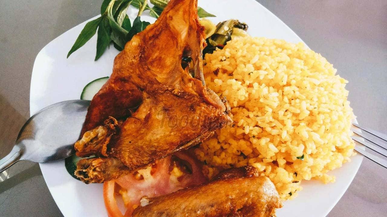 Cơm gà Đà Lạt chiên mắm ở quán Sơn Kỳ. Nguồn: Foody