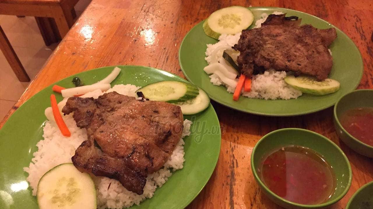 Quán cơm tấm Mei khiến du khách nhớ nhất món cơm sườn nướng tuyệt ngon. Nguồn: Foody
