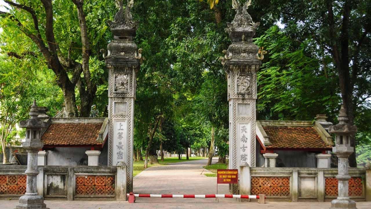 Cổng đền Voi Phục