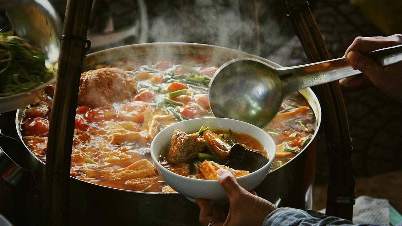 Những gánh bún riêu nghi ngút khói về đêm Đà Lạt. Nguồn: Internet