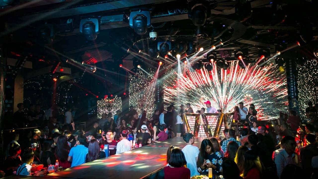 ĐI chơi đêm ở Đà Lạt tại các quán bar để tận hưởng không khí sôi động. Nguồn: Internet