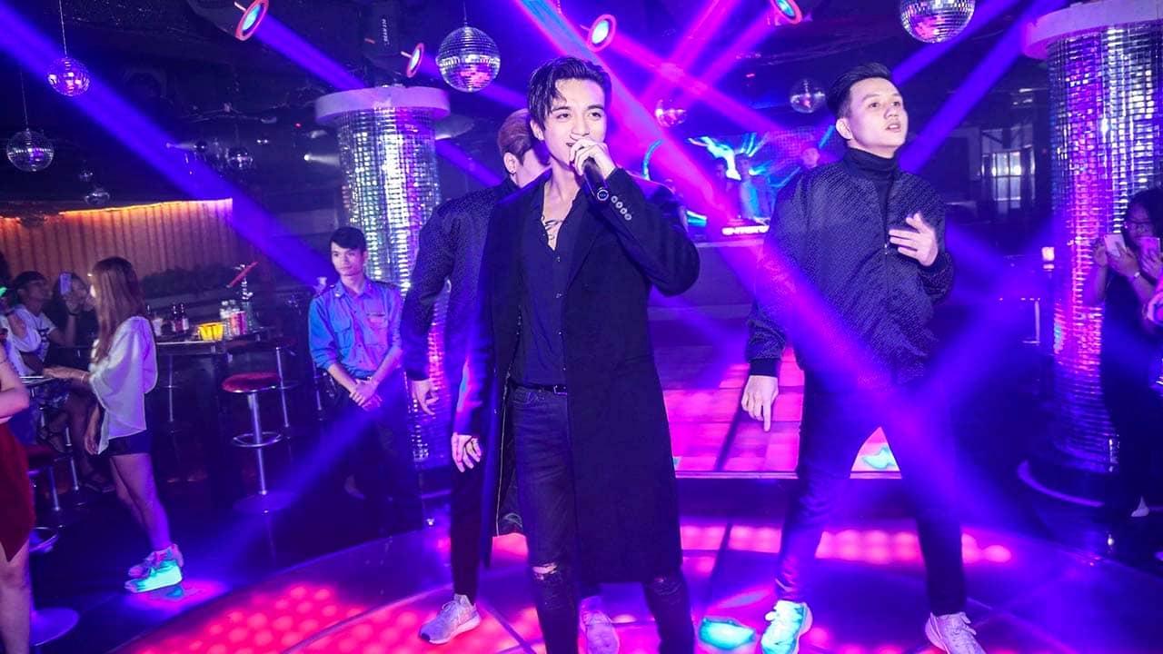 Ca sỹ Soobin Hoàng Sơn biểu diễn tại một quán bar ở Đà Lạt. Nguồn: Internet