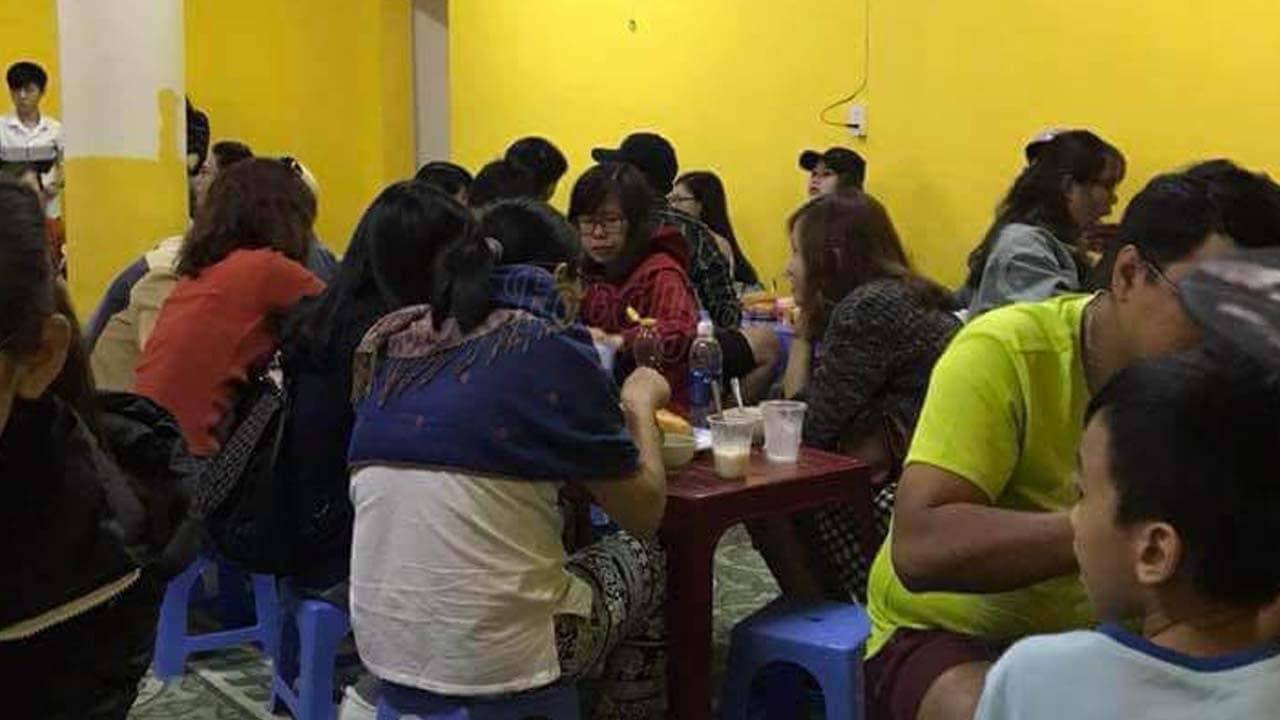 Bên trong quán bánh mỳ xíu mại Hoàng Diệu đông kín khách. Nguồn: Foody