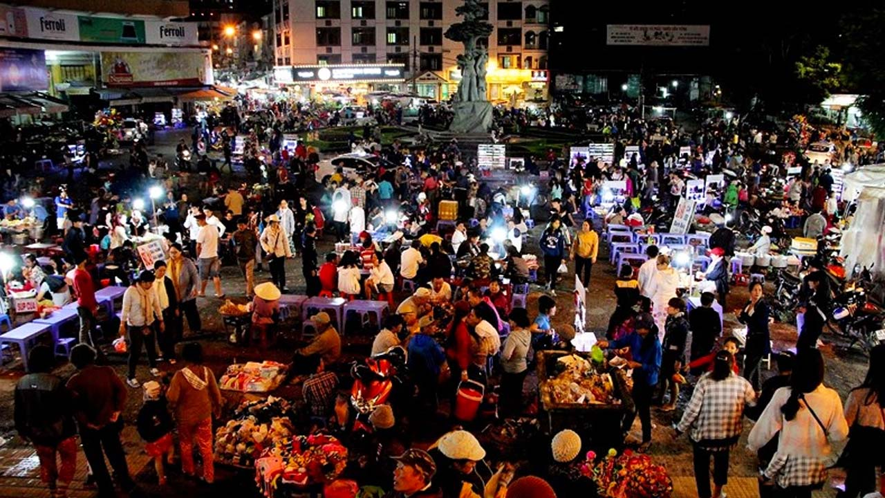 Ghé thăm chợ đêm nếu bạn không biết chơi đêm ở Đà Lạt nên đi đâu. Nguồn: Internet