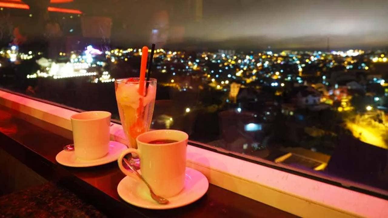 Thưởng thức đồ uống nhẹ, ngắm thành phố lung linh trong ánh đèn điện. Nguồn: Internet