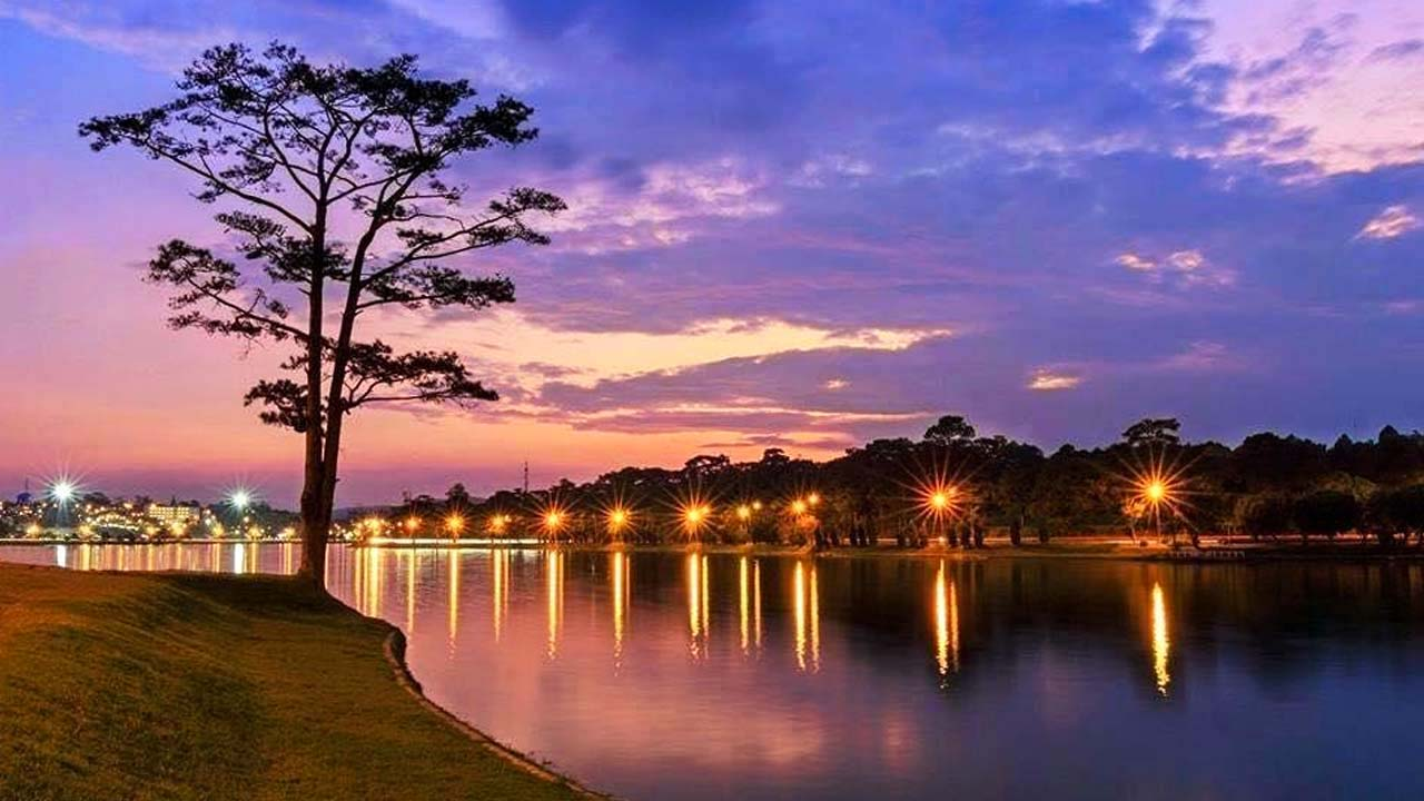 Đà Lạt về đêm bên hồ Xuân Hương lộng lẫy, có chút gì đó huyền bí và trầm lặng. Nguồn: Internet