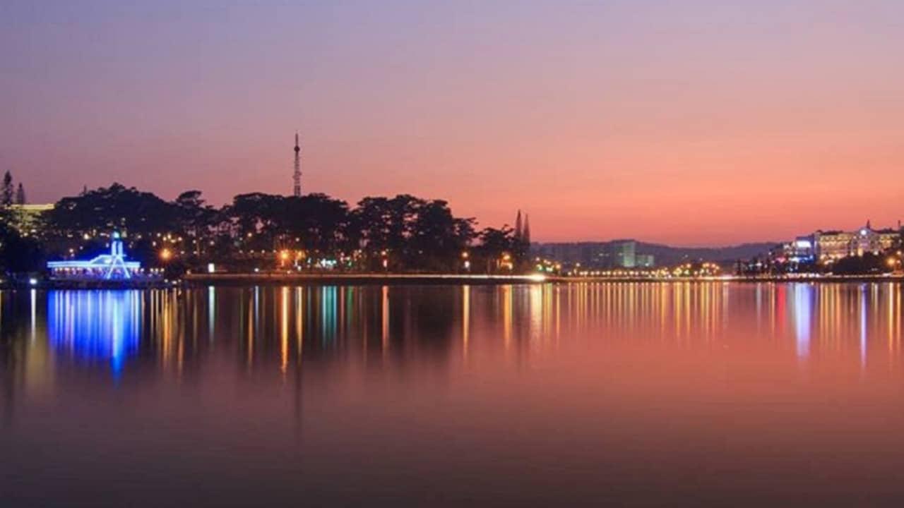 Tận hưởng vẻ đẹp của hồ Xuân Hương Đà Lạt về đêm