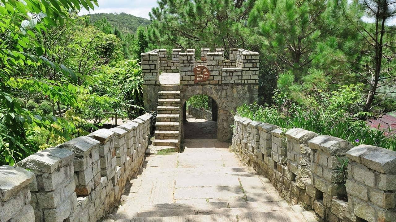 Công trình Vạn Lý Trường Thành thu nhỏ bên trong khu du lịch đồi Mộng Mơ. Nguồn: Internet