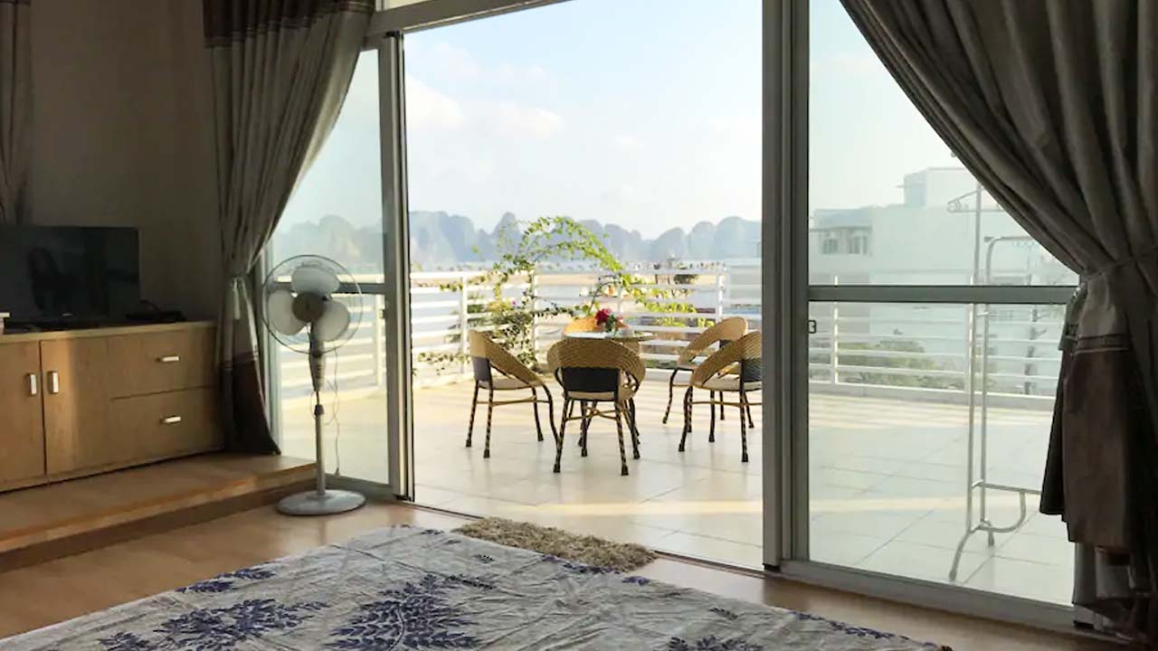 Một căn phòng đôi có ban công lớn nhìn ra vịnh Hạ Long ở biệt thự. Nguồn: Internet