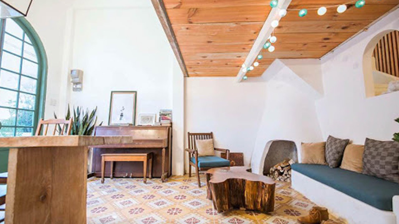 Căn phòng còn thơm mùi gỗ thông