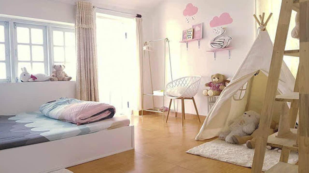 Phòng 2 người có bancon và lều trang trí