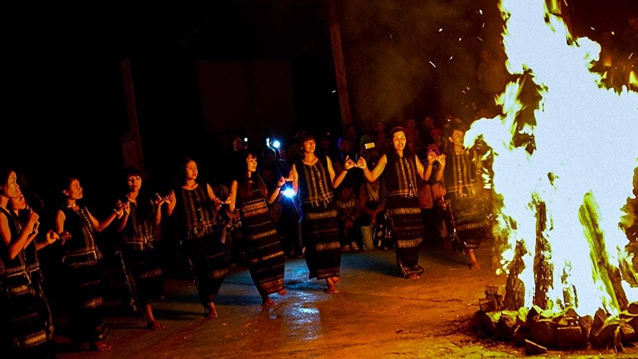 Chơi đêm ở Đà Lạt cũng người dân tộc K'Ho nhảy múa bên lửa trại. Nguồn: Internet
