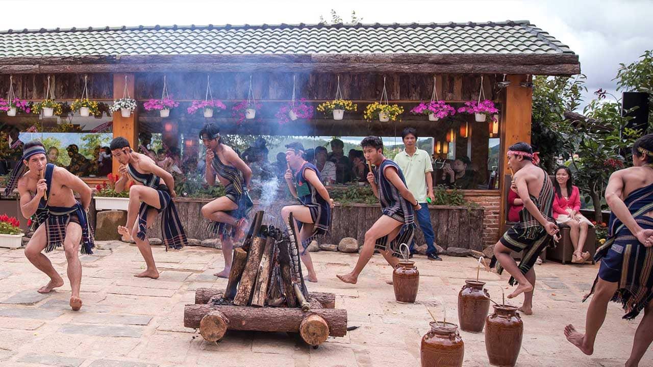 Đến nhà hàng Đà Lạt xưa, du khách được tìm hiểu về văn hóa các dân tộc qua những phần biểu diễn đặc sắc