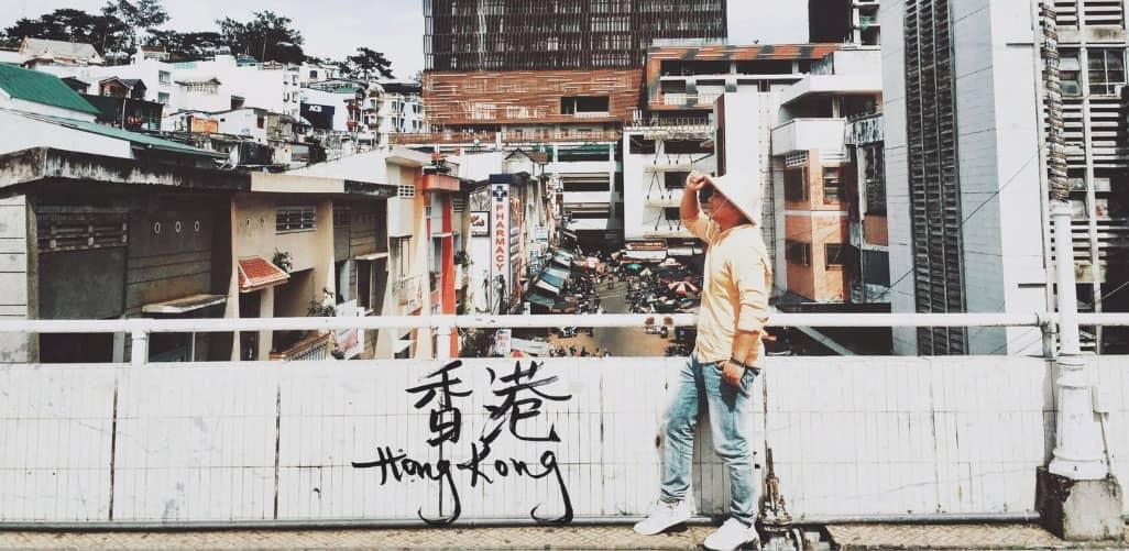 Chụp ảnh HongKong bên hông chợ Đà Lạt