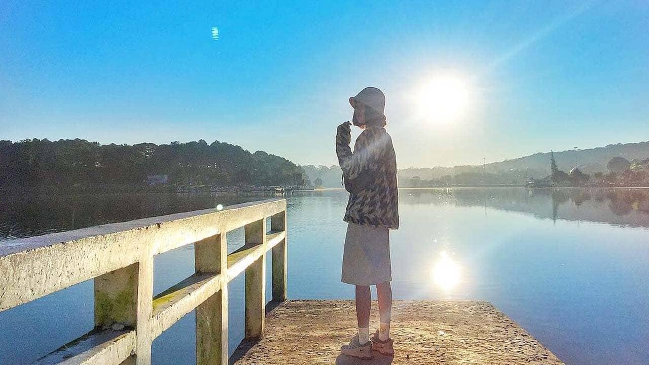 Chụp ảnh bên hồ Xuân Hương khi mặt trời mới lên