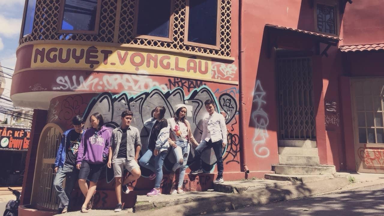 Chụp ảnh tập thể tại Nguyệt Vọng Lâu