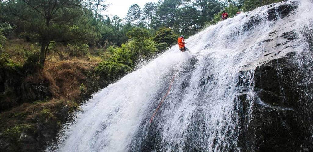 Chơi trò chơi vượt thác ở thác Datanla