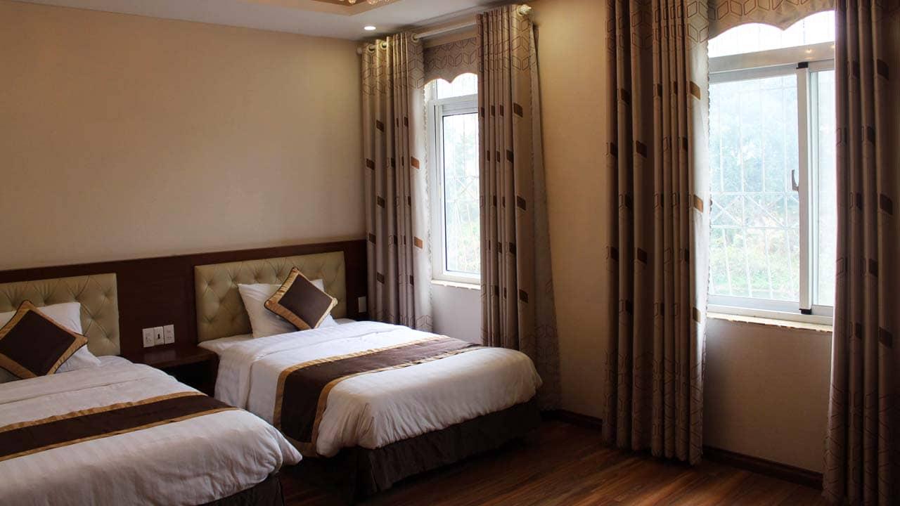 Phòng ngủ 2 giường ấm áp với cửa sổ lớn không bị bí. Nguồn: Internet
