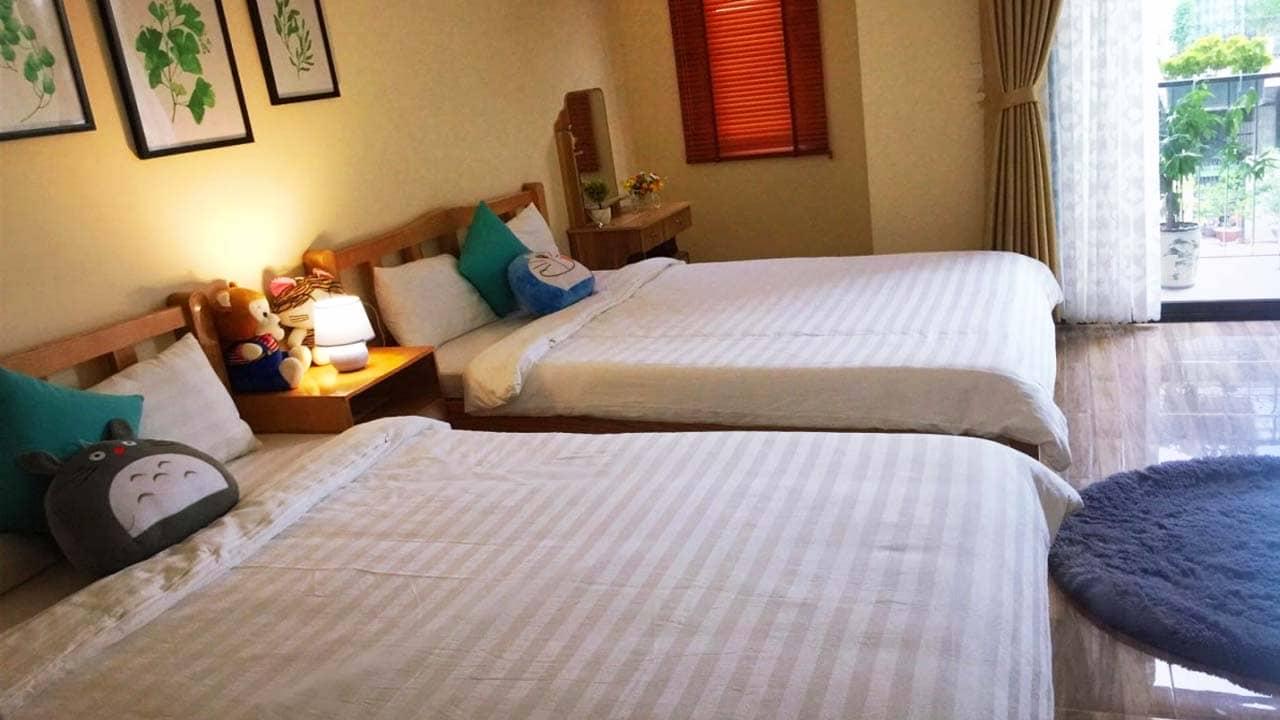 Phòng ngủ 4 người với cách bày trí ấm áp, dễ thương rất phù hợp nếu gia đình có nhiều trẻ nhỏ. Nguồn: Internet