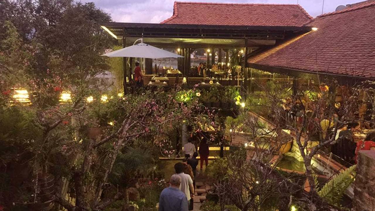 Không gian vườn lung linh về đêm của nhà hàng Song May Đà Lạt
