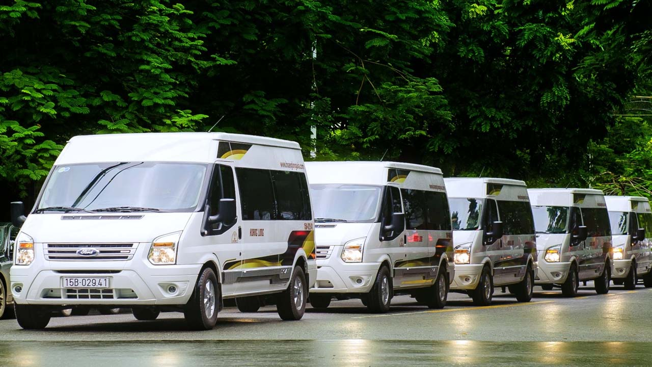 Hiện tại Limousine là loại xe phổ biến đi Hạ Long do vừa thoải mái, giá lại khá rẻ. Nguồn: Internet