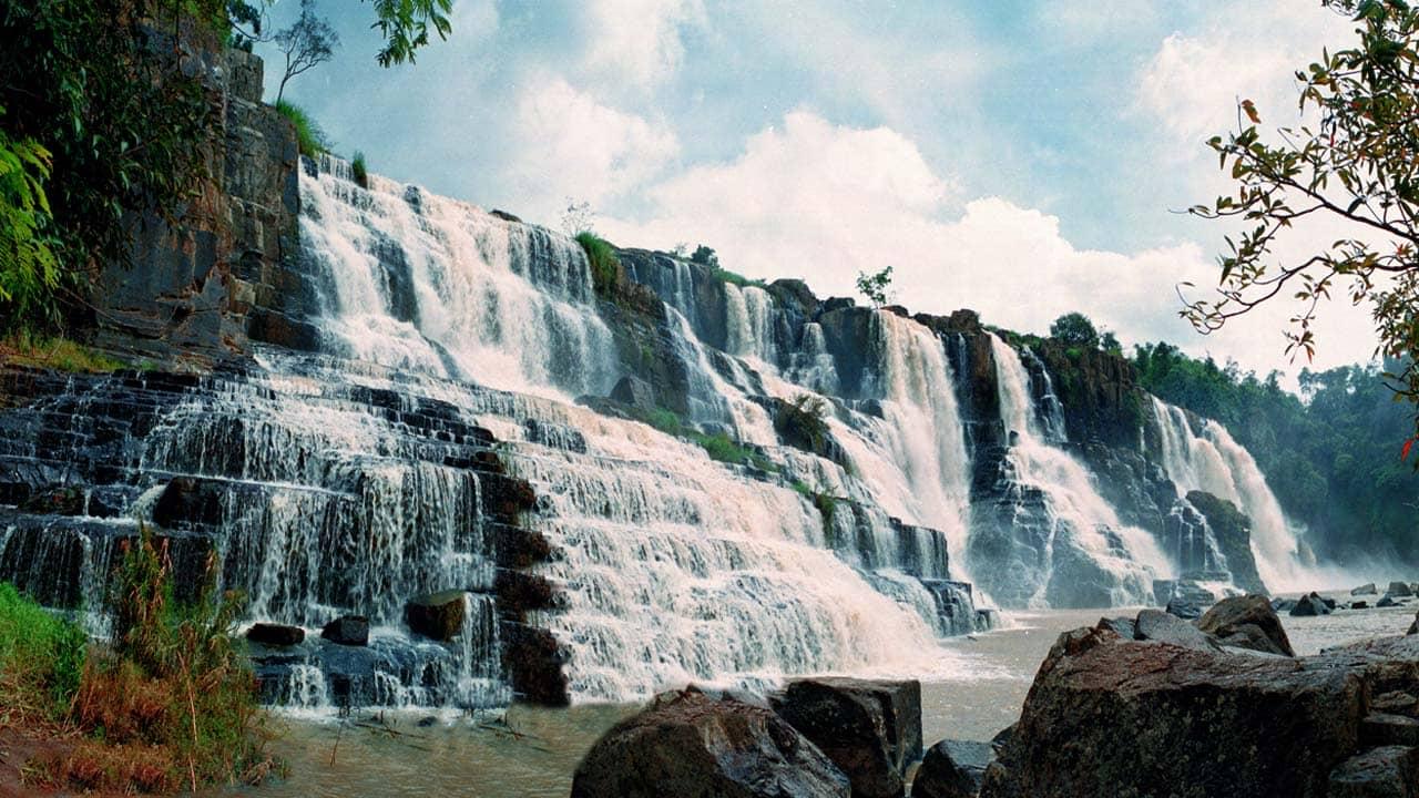 Thác Pongour Đà Lạt với những bậc thang bằng đá tạo nên khung cảnh thiên nhiên tuyệt đẹp có 1-0-2. Nguồn: Internet