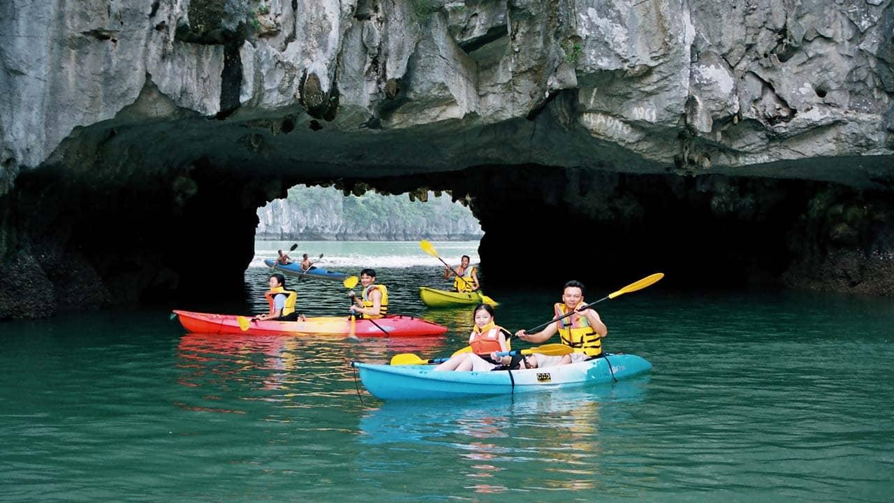 Tour Hạ Long khám phá các hang động, đảo trên vịnh. Nguồn: Internet