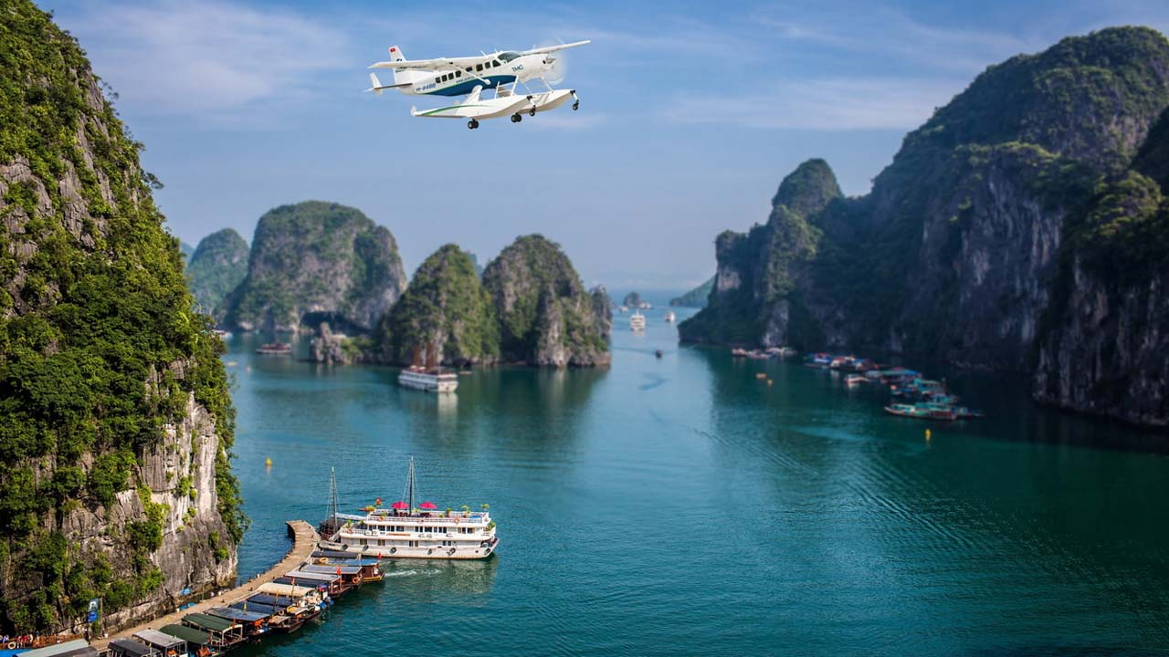 Chiêm ngưỡng vẻ đẹp vịnh Hạ Long trên thủy phi cơ. Nguồn: Internet