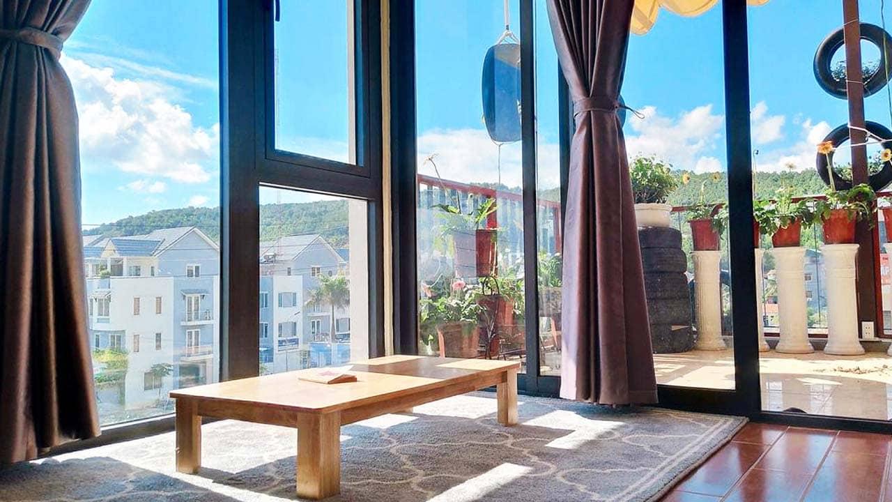 Khu vực sinh hoạt chung trên tầng có ban công và view đẹp ra thành phố. Nguồn: Internet