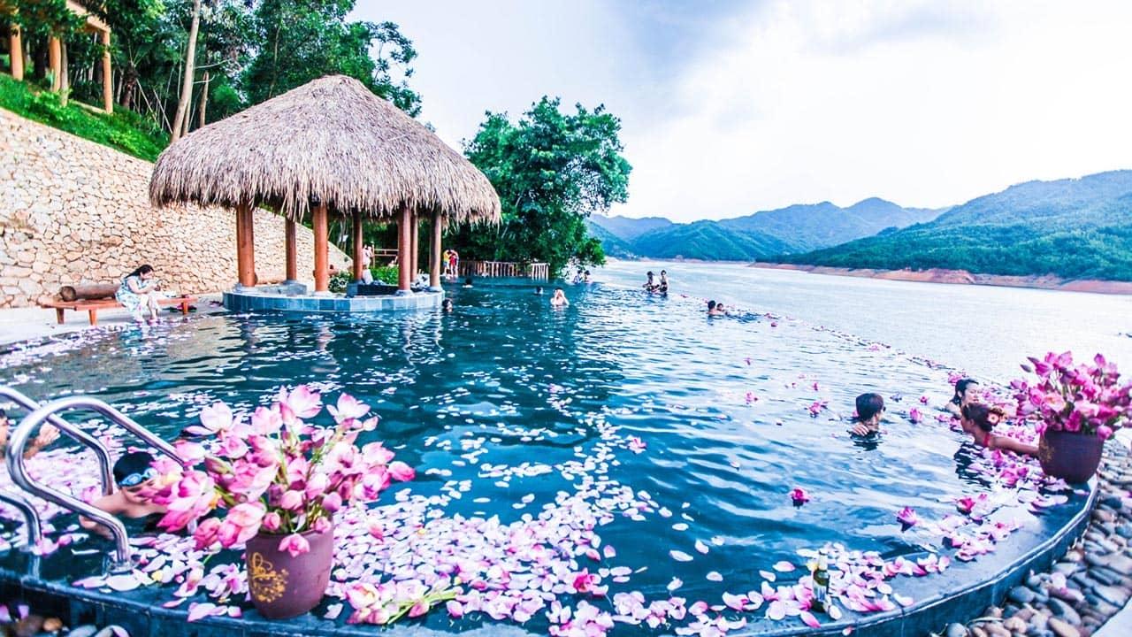 Bể bơi tuyệt đẹp nhìn thẳng ra hồ Hòa Bình