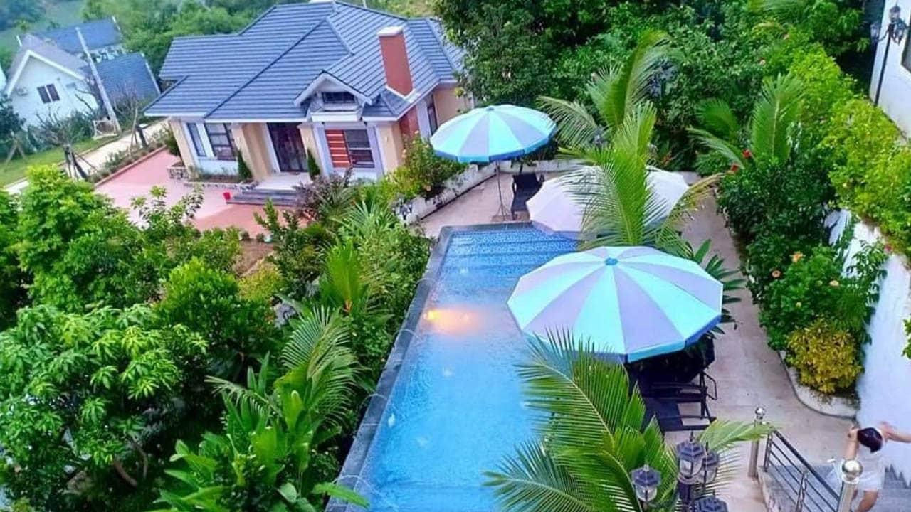 Sunset Villas & resort Hòa Bình có không gian nhiều cây xanh và bể bơi ngoài trời