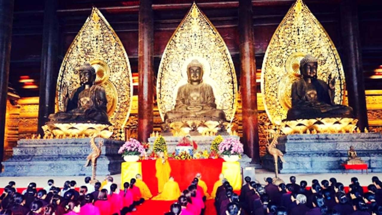 Ba bức tượng Phật bằng đồng bên trong điện Tam Thế