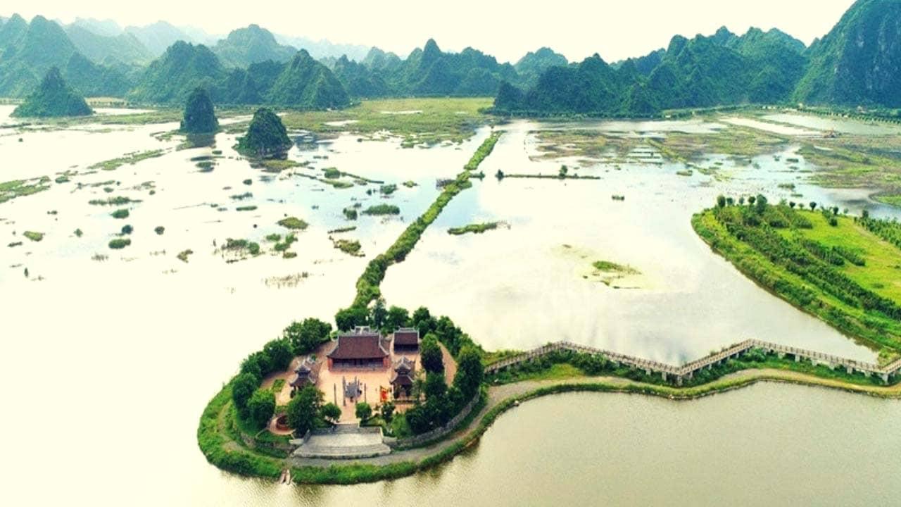Đình Tam Chúc được nối liền với chùa Tam Chúc bằng một lối đi bộ hình Zig Zag được dựng trên hồ Tam Chúc