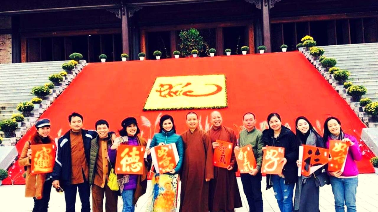 Người dân đi lễ tại chùa Tam Chúc