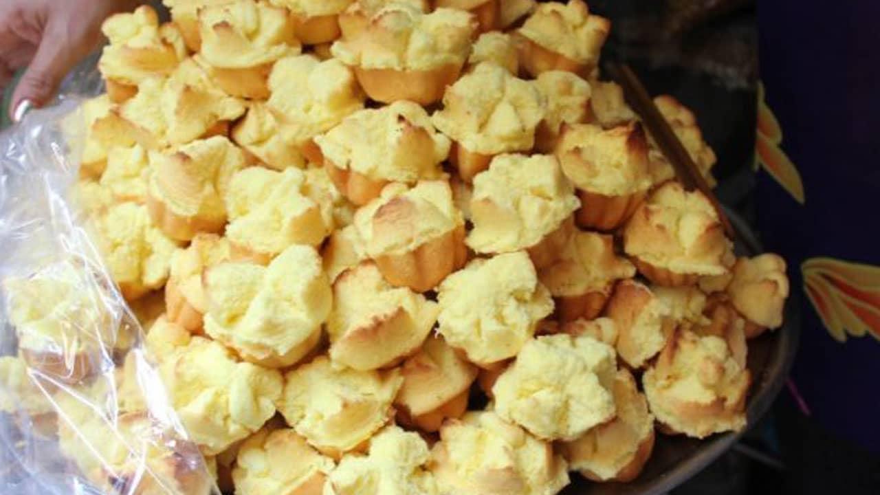 Bánh thuẫn được làm từ các nguyên liệu như trứng gà, bột năng, bột bình tinh, đường, vani.