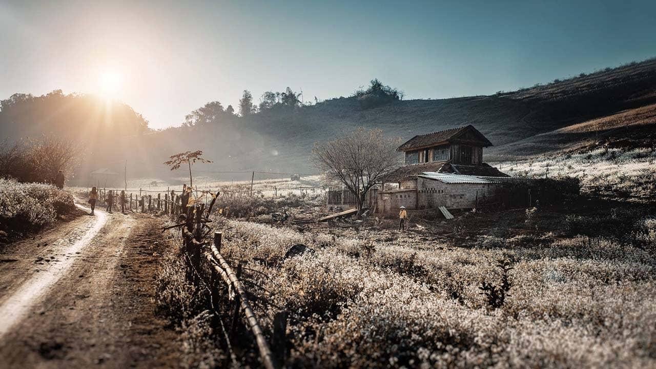 Du lịch tháng 3 tới Điện Biên Phủ, mảnh đất trầm tĩnh với nhiều dấu tích lịch sử dân tộc nhuộm sắc trắng hoa ban. Nguồn: Internet