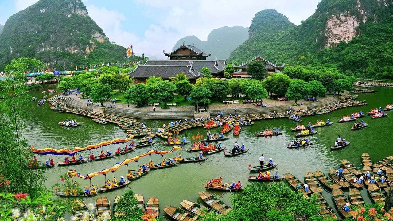 Tháng 3 du lịch Ninh Bình, vùng đất với nhiều cảnh đẹp núi non và những chùa chiền lớn nổi tiếng. Nguồn: Internet