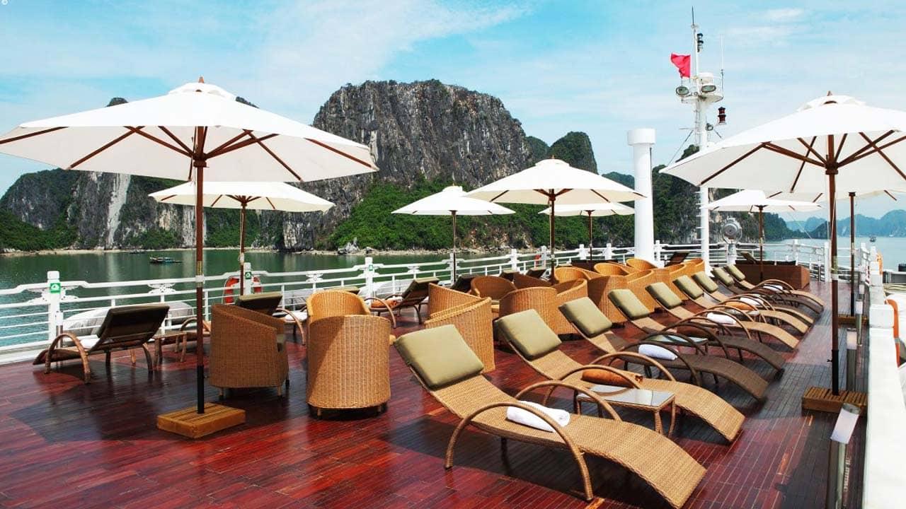 Thư giãn trên boong tàu du thuyền Âu Cơ Luxury với hành trình trong ngày. Nguồn: Internet